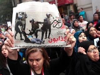 Участницы акции протеста против зверских действий военных, избивших девушку-демонстранта