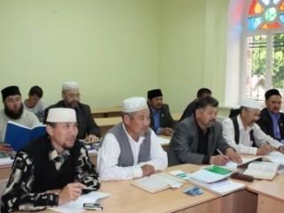 Имамы Киргизии сели за парты