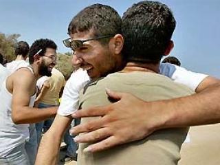 На Западном берегу освобожденных палестинцев приветствовали тысячи коренных жителей