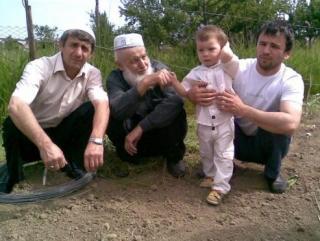 Омар Сагидмагомедов крайний слева. Рядом -  его сын, отец и дед.