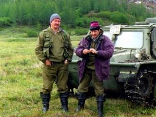 Коренной сибиряк Ришат Рахимов (слева) исколесил сотни километров лесных и болотных дорог, изучая историю родного края