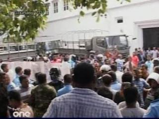 Поводом для отставки бывшего руководителя Мальдивов стали продолжавшиеся несколько недель акции протеста