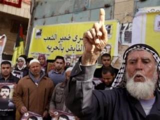 Отец Хадера Аднана во время демонстрации