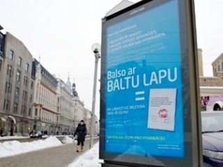 Плакат о референдуме в Риге. Фото ©AFP