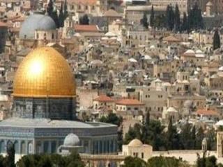 Аль-Кудс: На переднем плане золотой купол мечети Куббат-ас-Сахра (Купол скалы)