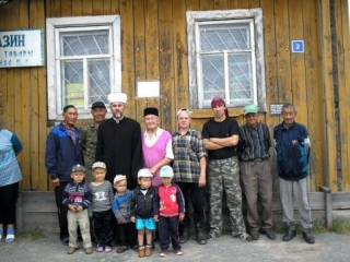 Тюменский муфтий с юными и старшими жителями Ирека
