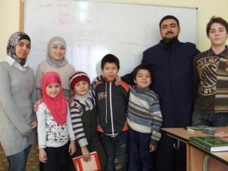 Анар Рамазанов (второй справа) и ученики воскресной мусульманской школы. Фото IslamNews