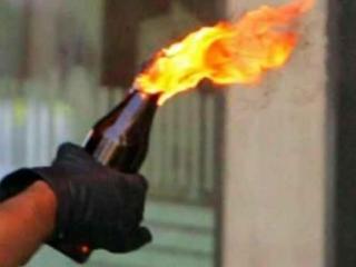 Пожар быстро потушили, с места происшествия были изъяты осколки стекла, перчатка и металлическая пробка