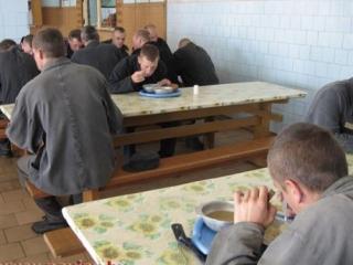 Заключенные мусульмане жалуются на то, что их кормят свининой