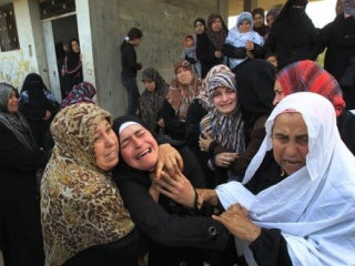 Палестинские женщины скорбят по жертвам израильской бомбардировки в секторе Газа