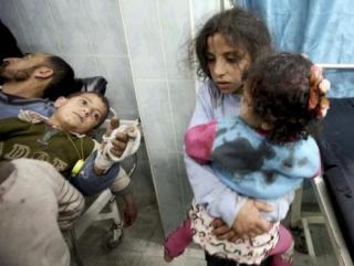 Раненные в результате атаки Израиля палестинские дети в одной из больниц Газы 12 марта (фото: Reuters)