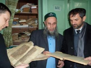 Имам демонстрирует гостям старинную литературу