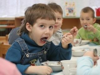 Один из главных вопросов, беспокоящих родителей - правильное питание в детском саду