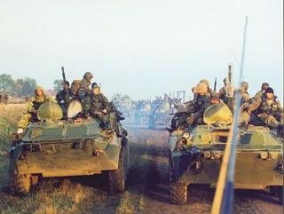 Местные жители сообщают о крупных колоннах бронетехники и грузовиках с военными