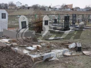 Вандалы на машине рушили могилы мусульман в Крыму