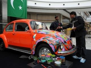 Красочное оформление грузовиков, автобусов и легковых автомобилей стало в Пакистане одним из традиционных декоративно-прикладных искусств
