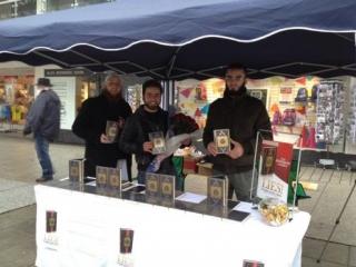 Немцам уже успели раздать 300 000 переводов Корана из запланированных 25 миллионов книг. Фото: www.hausdesqurans.de
