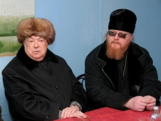 Ресин (слева) озвучивает планы патриархии по строительству в Москве православных храмов
