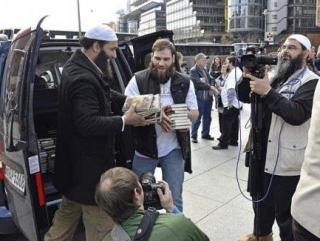 "Раздача Коранов в рамках программы ""Читай!"". Фото с сайта pi-news.org"