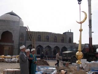 Перед началом установки полумесяцев имамы прочитали суры из Корана