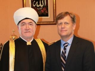 Муфтий Равиль Гайнутдин с Чрезвычайным и Полномочным послом Соединенных Штатов Америки Майклом Макфолом. Фото: DumRF