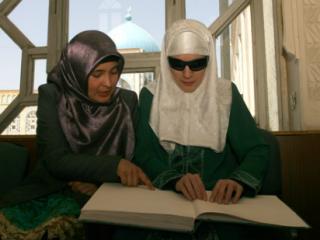 Таджикские мусульманки читают Коран по системе Брайля