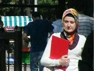 В Кыргызстане хиджаб давно перестал считаться элементом исключительно сельской женской одежды. Мусульманский платок сегодня одевают все больше девушек из светских семей