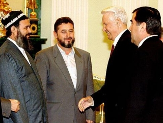 Саид Абдулло Нури, Ходжи Акбар Тураджонзада, Борис Ельцин и Эмомали Рахмон после подписания мирного договора в Москве