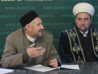 Погибший Валиулла Якупов (слева) и муфтий Илдус Файзов