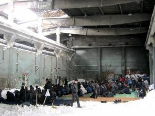 Намаз в цехе бывшего завода РМЗ в Южно-Сахалинске не прекращался даже в самые лютые морозы