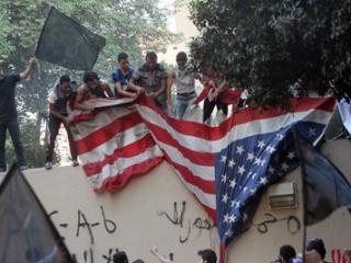 В Египте демонстранты сорвали флаг с посольства США