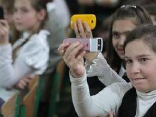 Чеченским школьникам запретили пользоваться мобильниками