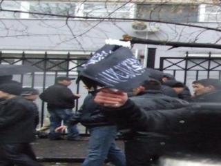Черные флаги с арабской надписью пользуются спросом в Москве