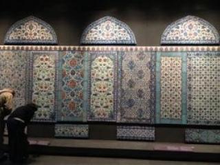 В Лувре выставили плитку, украденную из стамбульской мечети