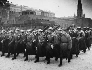Военный парад на Красной площади в Москве, состоявшийся 7 ноября 1941 года, вселил в советских людей уверенность