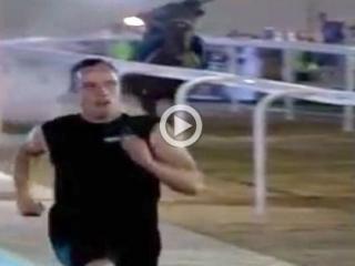 Безногий инвалид обогнал арабского скакуна. Видео
