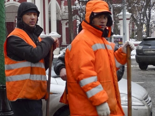 Уже в 6 утра они на ногах, чистят улицу, убирают снег