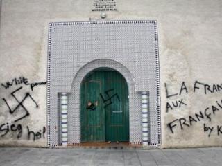 Во Франции вандалы исписали мечеть свастикой