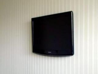 Как самостоятельно повесить телевизор на стену?