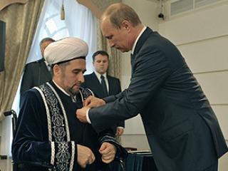 Владимир Путин награждает Илдуса Файзова Орденом мужества