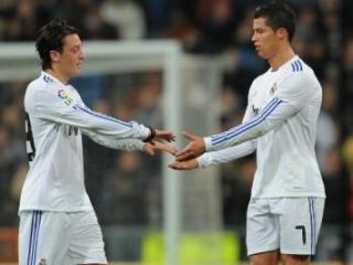 Игроки «Реала» Месут Озил и Криштиану Роналду