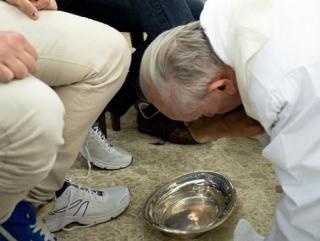 Папа Франсиск омыл ноги мусульманке