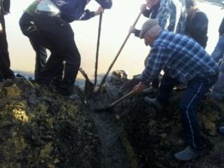 Спасатели спускают воду. Фото: УМВД по ПО