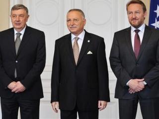 Генсек ОИС с Н.Радмановичем (слева) и Б. Изетбеговичем.