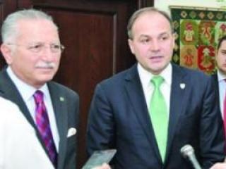 Генсек ОИС и глава МИД Косова на саммите ОИК (Каир,2013 г).