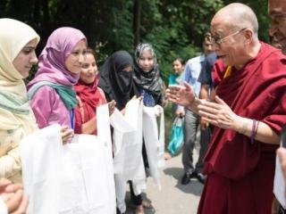Далай-лама беседует с мусульманками