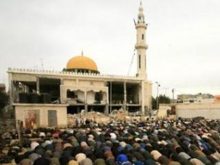 Намаз у полуразрушенной израильтянами мечети ат-Такуа в Газе