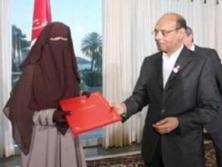 Президент Туниса Мунсыф Марзуки вручает диплом девушке в никабе