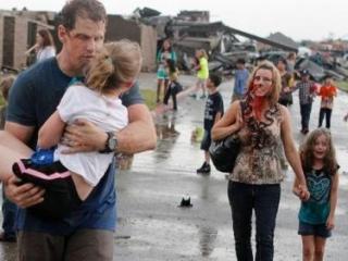 Спасшиеся от торнадо люди