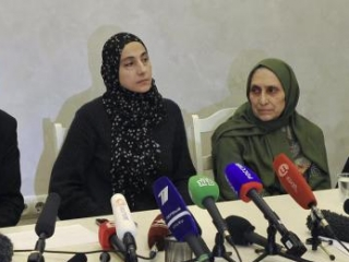 Зубейдат Царнаева (слева) впервые поговорила с сыном после событий в Бостоне